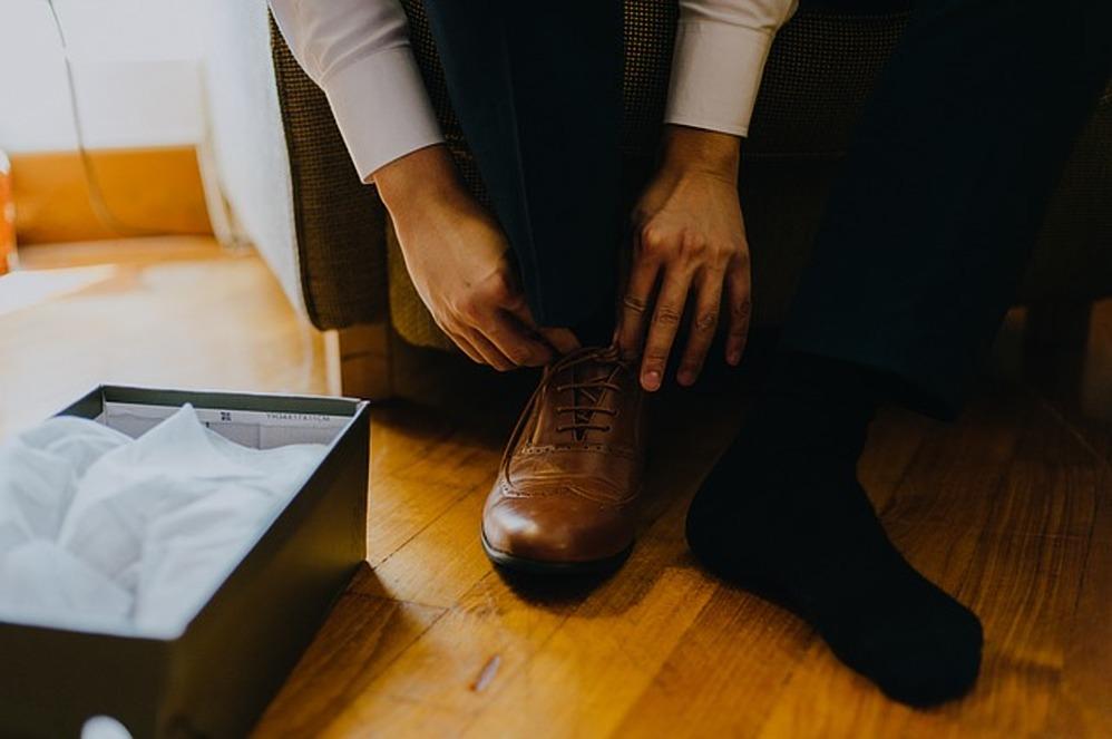 schoenen aandoen man