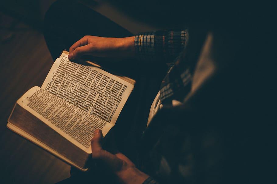 boek lezen man