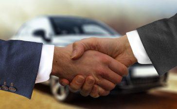 Mannen kopen de auto